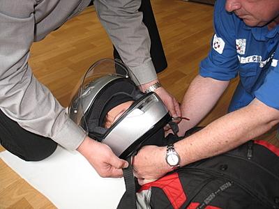 правильное снятие мотоциклетного шлема с головы пострадавшего